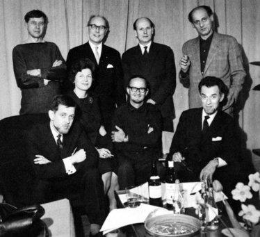 Medlemmar ur KIF:s styrelse, omkring 1964. Stående fr. v. Tom Möller, Folke Arström, Sven Palmqvist och Sigurd Persson. Sittande fr. v. Claës E. Giertta, Ingrid Atterberg, Stig Lindberg och Algot Törneman. Styrelsens sammansättning ger inte en särskilt rättvis bild av könsfördelning bland tidens konsthantverkare och designer. Industridesignen var visserligen i betydande utsträckning en mansdominerad sfär, men det fanns ett stort antal kvinnliga konsthantverkare verksamma under 1960- och 70-talen. Foto ur KIF:s arkiv.